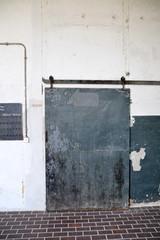 Tür Tor alt Fabrik industriestyle schäbig rolltor rost vergammelt immobilie Fluchtweg ausgang eingang zugang