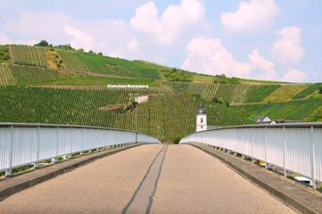Schmale Kinheimer Moselbrücke, verbindet Kinheim mit Kindel