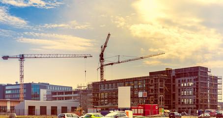Großbaustelle Gewerbebau Bürogebäude im Sonnen Licht