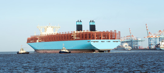 Containerschiff legt an den Containerbrücken im Containerhafen von Bremerhaven an, Anlegemanöver mit Schleppern