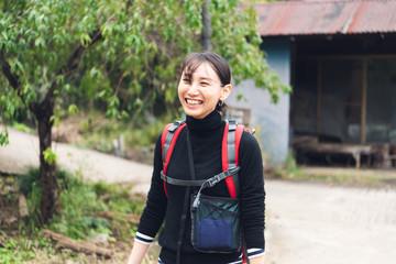 ハイキングで笑う女性