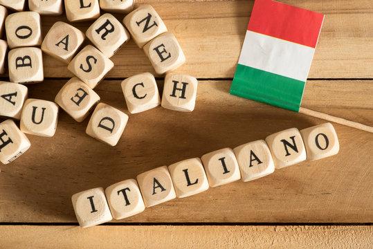 Buchstaben, Flagge von Italien und das Wort Italiano