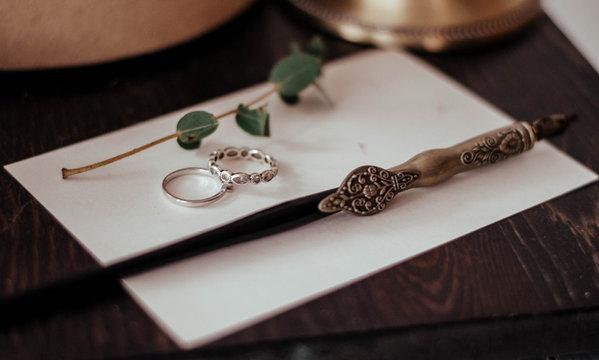 Свадебные кольца молодоженов. Ручка для каллиграфии