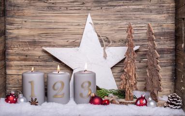 dritter Advent Kerzenlicht Holz Antik