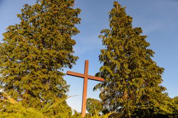 Croix en bois d'un cimétière d'un petit village en Alsace