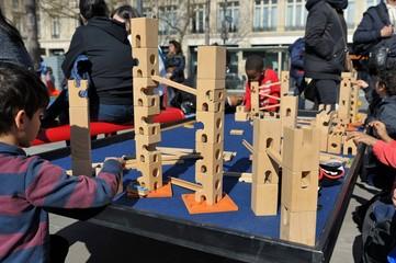 jeux d'enfants en extérieur avec des jouets d'assemblage en bois pour l'éveil des sens