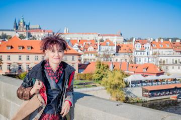 Femme sur le Pont Charles de Prague