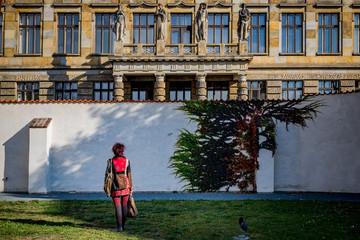 Femme dans le Cloître Sainte-Agnès à Prague