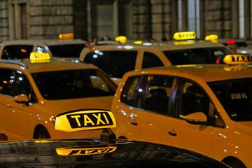 Viele Taxis warten an einem Taxistand vor dem Hauptbahnhof in Nürnberg, Bayern, Deutschland