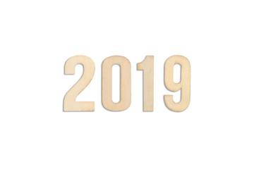 Jahreszahl 2019 aus hölzernen Buchstaben, isoliert auf Weiß