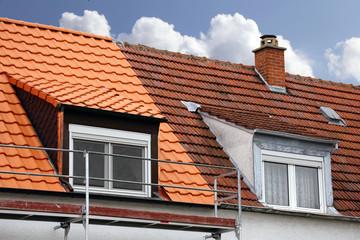 Doppelhaus mit altem Dach und mit renoviertem Dach