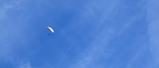 Foto op Aluminium Luchtsport Paragleiter freigestellt vor blauen Himmel, Banner