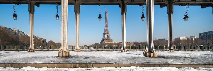 Wall Mural - Paris Panorama im Winter mit Eiffelturm und Pont Bir Hakeim