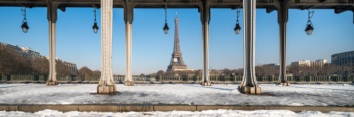 Fotomurales - Paris Panorama im Winter mit Eiffelturm und Pont Bir Hakeim