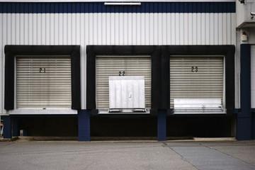 Laderampen Industriegebäude / Laderampen zum Beladen von Gütern und Materialien an einem Industriegebäude..