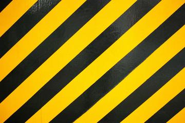 コンクリートに塗られた黒と黄色の警告色