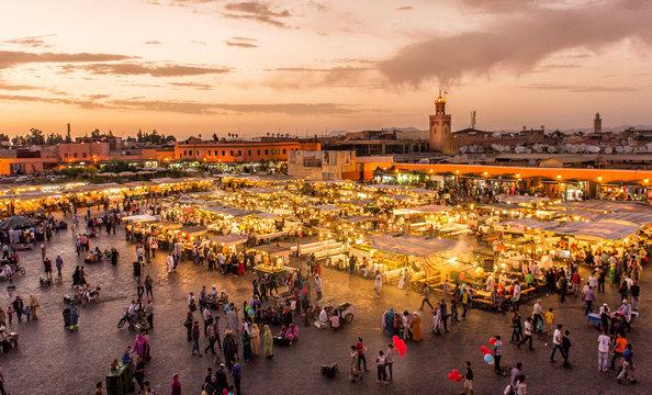 Place Djema El Fna Marrakech Maroc au coucher du soleil