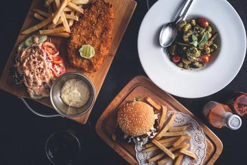 Table de Restaurant avec un Fish and Chips, Hamburger et Frites, Pâtes