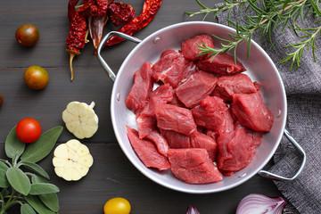 carne cruda di manzo o vitello sfondo tavolo di cucina grigio