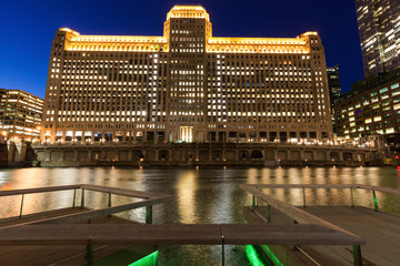 Fototapete - Merchandise Mart in Chicago at night
