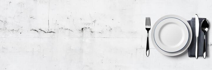 Einfaches Tischgedeck auf weißem Steintisch - Banner / Hintergrund - Textfreiraum