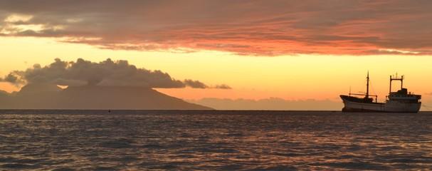 Bateau dans la rade de Papeete