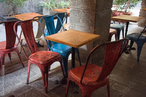 Stock Sedie Di Legno.Sedie Di Metallo Colorare E Tavolini In Legno Stock Photo And