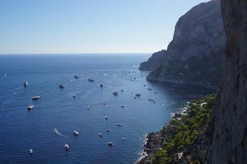 Schiffe liegen vor der Küste von Capri, Italien