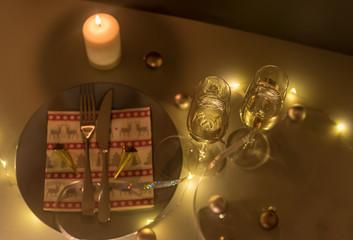 sekt im glas mit kerze und teller weihnachten