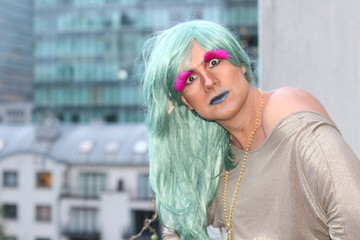 Dragqueen with green hair and pink eyelashes