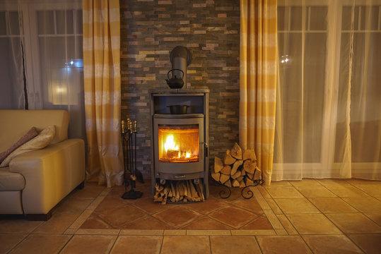 Brennender Kaminofen im Wohnzimmer