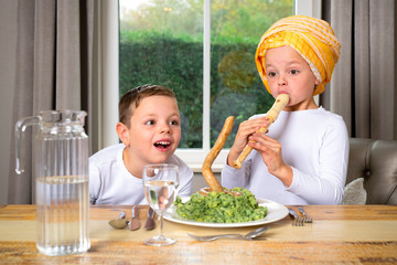 Foto auf Acrylglas Lebensmittelgeschäft children play with healthy food