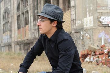Hombre sentado con gafas y sombrero