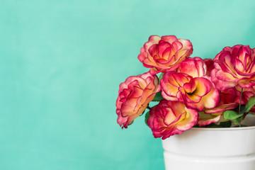 Flores y fondo menta