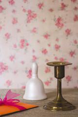 Candelabro, carta y campana sobre mesa