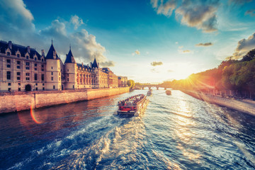 Foto op Plexiglas Centraal Europa Dramatic sunset over river Seine in Paris, France, with Conciergerie and Pont Neuf. Colourful travel background. Romantic cityscape.