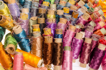 A large number of very old silk threads in the glomeruli are mixed in color and tangled.