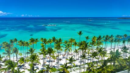 Luftaufnahme vom wunderschönen exotischen Sandstrand, Palmen, Punta Cana, Dominikanische Republik