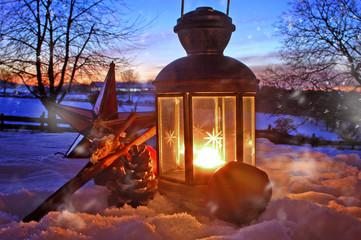 Laterne vor Winterlandschaft im Sonnenuntergang