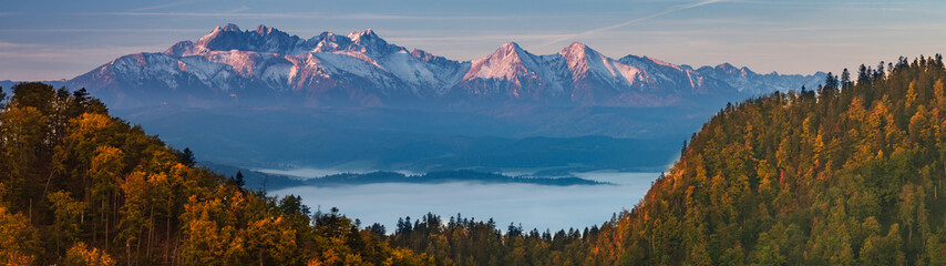 Tatra mountains panorama over autumn forest in the morning, Poland Fototapete