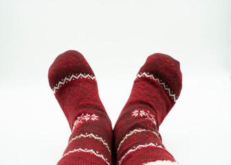 Füße mit Weihnachtssocken isoliert auf weiß