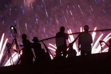 花火と人々のシルエット