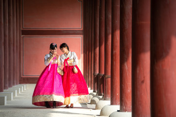 Autocollant pour porte Lieu connus d Asie Korean lady in Hanbok or Korea gress and walk in an ancient town