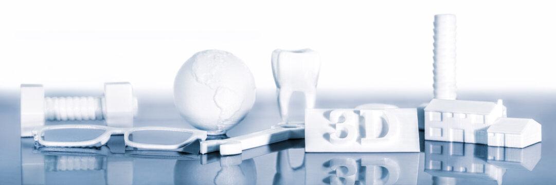 Verschiedene Filament Modelle aus einem 3D Drucker mit Reflexion vor einem weißen Hintergrund