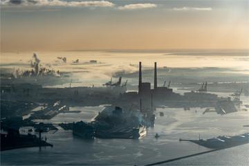 vue aérienne du port du Havre en Seine Maritime en France dans la brume