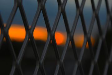 フェンスと夕暮れ