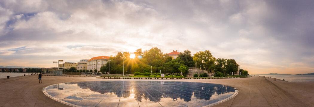 Zadar Kroatien 2018-1    Panorama von der Promenade in Zadar Kroatien zum Sonnenaufgang.