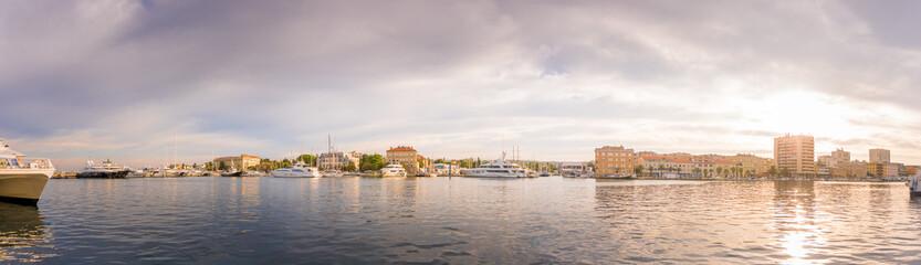Poster de jardin Port Zadar Kroatien 2018-26 Hafen von Zadar mit Yachten und Gebäuden im Sonnenaufgang.