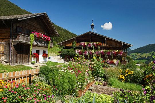 Typisches altes Bauernhaus im Tiroler Alpbachtal