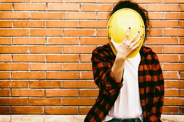operaio donna viso nascosto dal casco